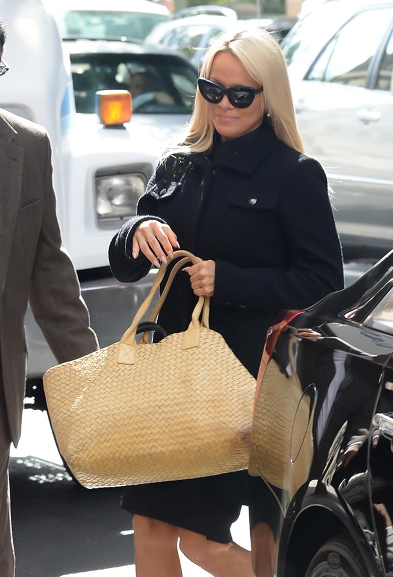 Nữ diễn viên/người mẫu quyến rũ Pamela Anderson cũng từng xuất hiện cùng 1 chiếc túi tương tự như có tông màu vàng.