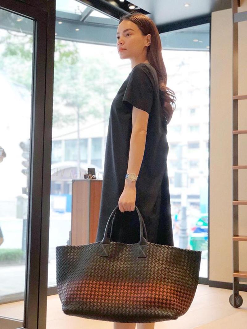 Chiếc túi xách được Hồ Ngọc Hà đăng tải trên mạng xã hội nhanh chóng nhận được nhiều bình luận về việc trông giống làn đi chợ nhưng có giá hơn 220 triệu đồng.