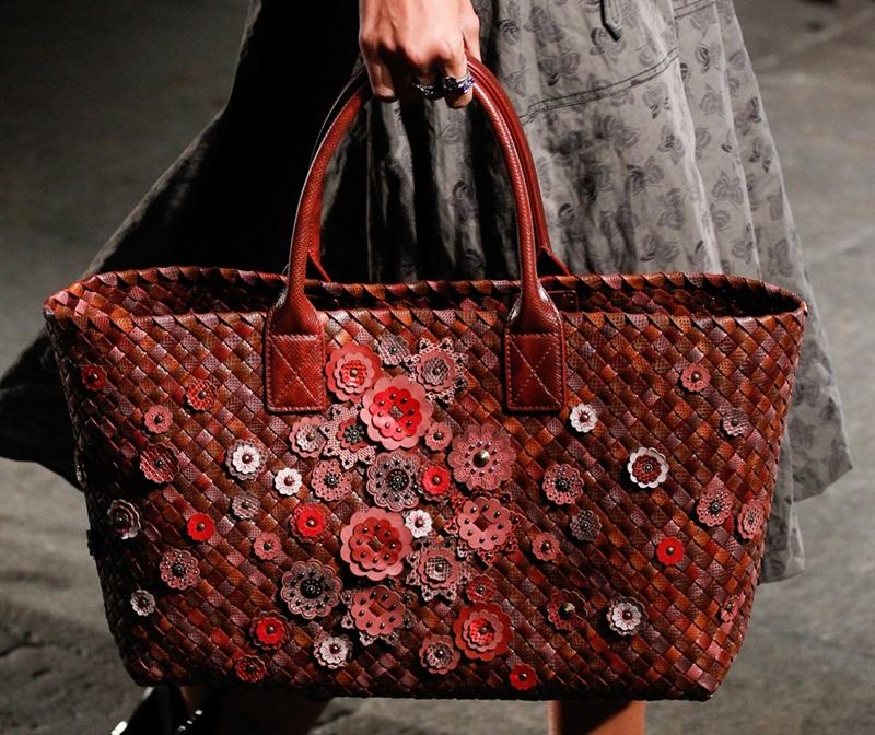 Trước đó, Bottega Veneta cũng từng tung ra một mẫu túi cabat kỉ niệm hành trình 50 năm. Thiết kế này được cho là vô giá khi thân túi và những đóa hoa đều được làm từ những chất liệu da cao cấp bậc nhất như Ayers Livrea, Karung và Nappa có tông màu đỏ hồng cực kì bắt mắt.