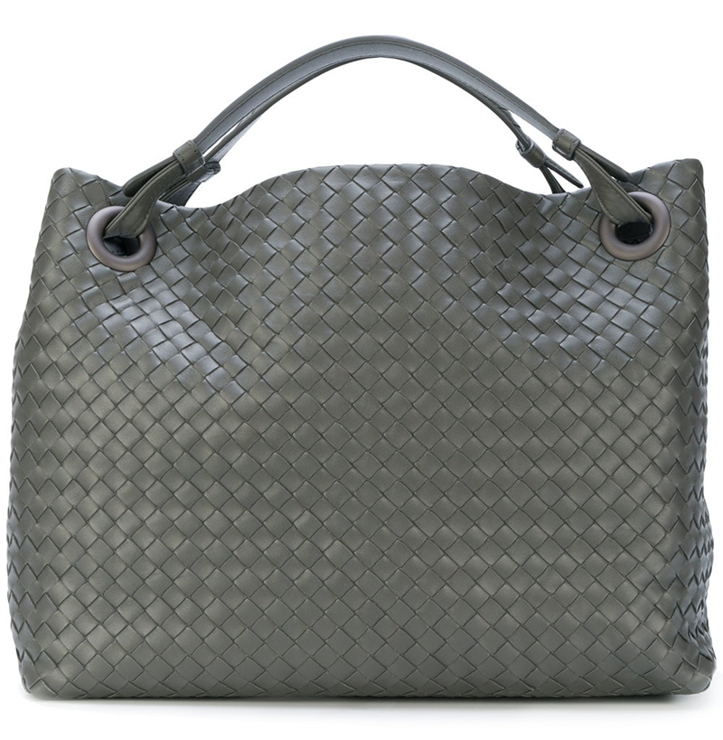 Một kiểu túi cabat có kích cỡ vừa với màu xám có giá hơn 61 triệu đồng (2650 USD).