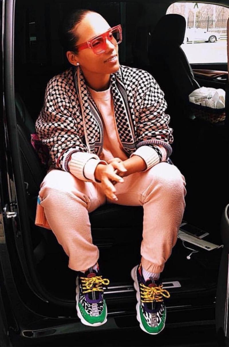 Nữ ca sĩ Alicia Keys gây bất ngờ với phong cách cực cool và ngầu với sneakers Chain Reaction của Versace.