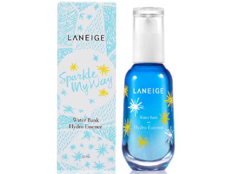 Laneige Water Bank Hydro Essence với công thức từ nước khoáng và chiết xuất rau xanh như cải xoong, cải xoăn, củ cải đường có khả năng tạo nên một hàng rào chắn giữ cho làn da luôn trong trạng thái được dưỡng ẩm, mềm mượt.