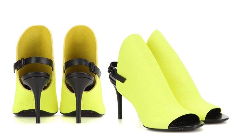 Balenciaga hưởng ứng xu hướng neon với đôi sandal rực sáng.