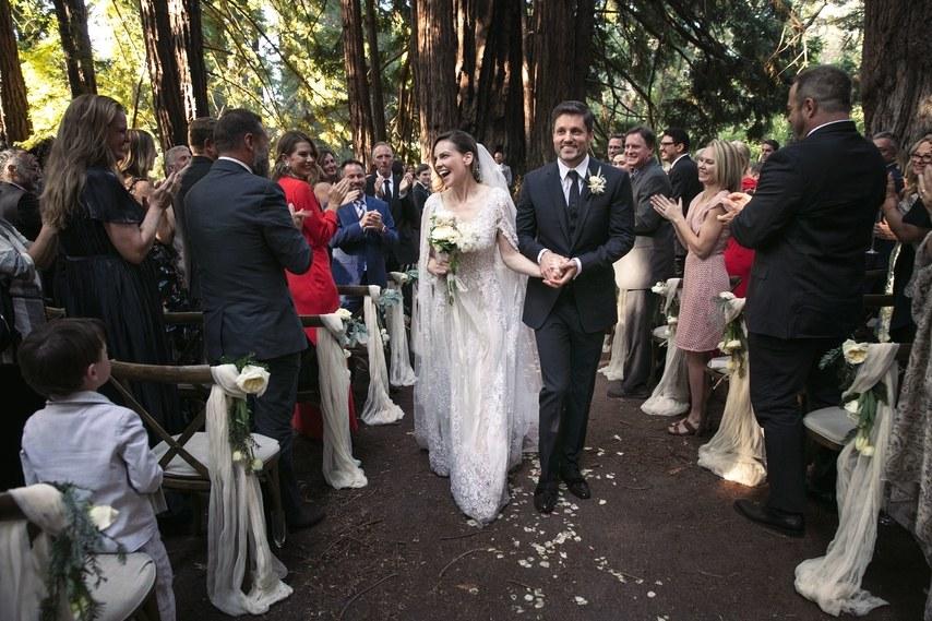 Đây là hôn lễ lần thứ hai của Hilary Swank sau khi dứt áo ra đi khỏi một mối quan hệ 10 năm, nữ diễn viên trông tươi vui và rạng người trong tình yêu hơn bao giờ hết.