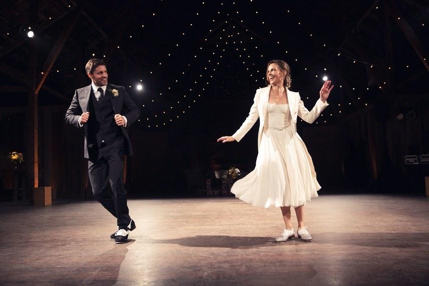 """Sau buổi lễ chính thức, Hilary Swank thay một thiết kế Dior Haute Couture trẻ trung và thoải mái để hòa mình trong """"first dance"""" của hai người."""
