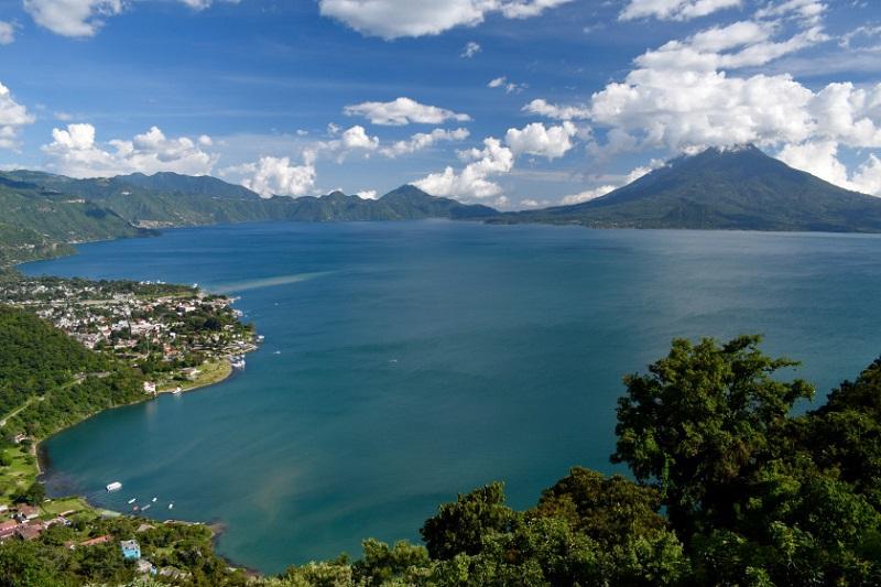 Từ trên cao, hồ Atitlan nằm lọt thỏm và được bao quanh bởi ba ngọn núi lớn.