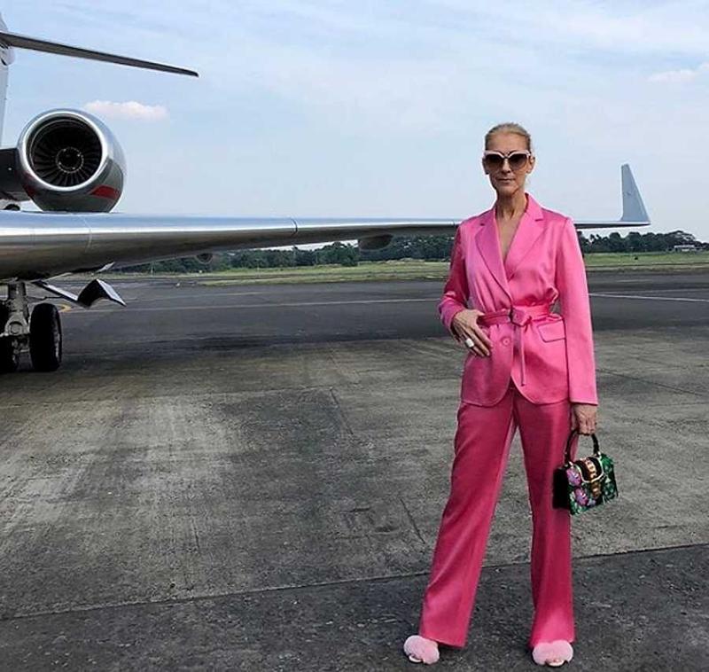 Cuộc chơi màu sắc của Celine trong mùa hè này còn có khoảnh khắc có 1-0-2 khi một diva U50 tự tin diện một bộ suit pijama bằng lụa hồng óng ánh, và một chiếc túi hộp của Gucci họa tiết hoa hòe vô cùng nổi bật.