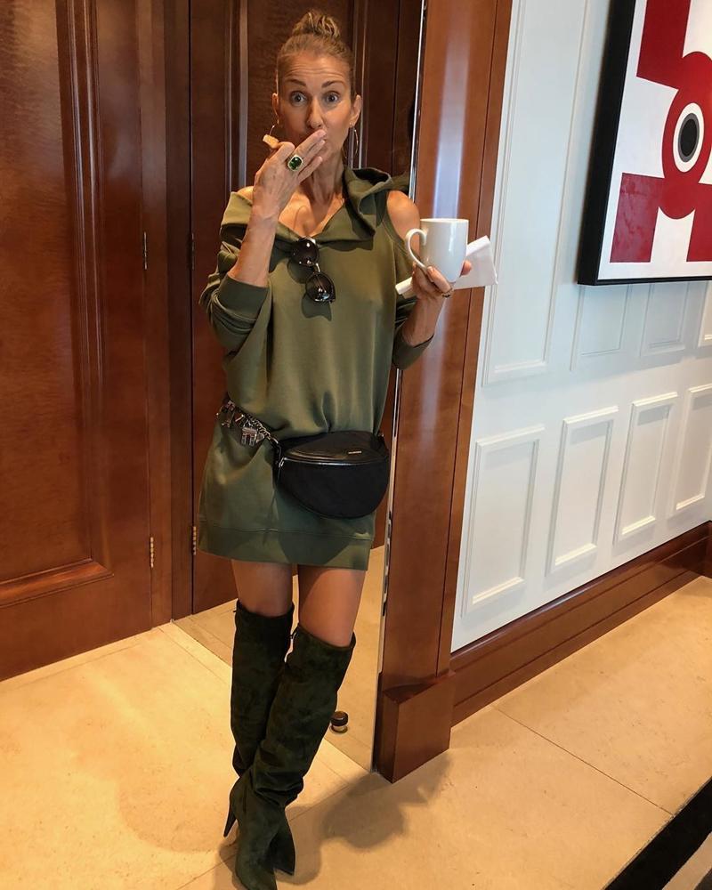 """Được biết, màn """"lột xác"""" ấn tượng này của Celine Dion được bắt đầu khi bà chính thức hợp tác cùng stylist Law Roach - người từng xây dựng hình ảnh rất thành công cho các ca sĩ trẻ nổi tiếng. Thậm chí, với bộ trang phục ngắn nửa đùi, kết hợp boots cao cổ và túi đeo hông này, nhiều fan còn cho rằng trông Celine Dion chẳng khác nào Ariana Grande."""