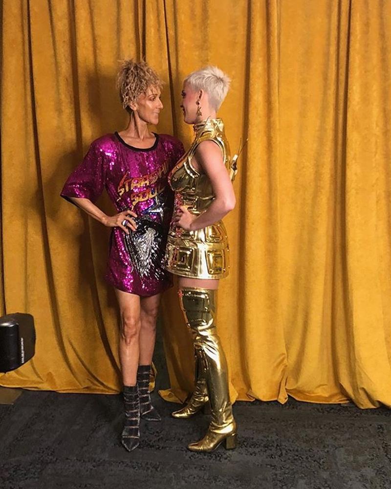"""Ngay cả khi đứng cạnh """"đàn em"""" Katy Perry, Celine Dion cũng hề để lộ khoảng cách tuổi tác trong phong cách ăn mặc của mình."""