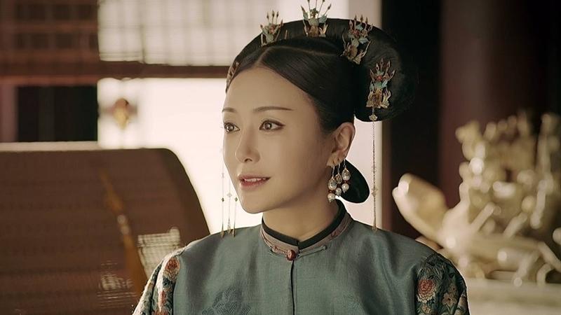 Hoàng hậu dùng Điền tử gắn phụ kiện bằng kim loại.