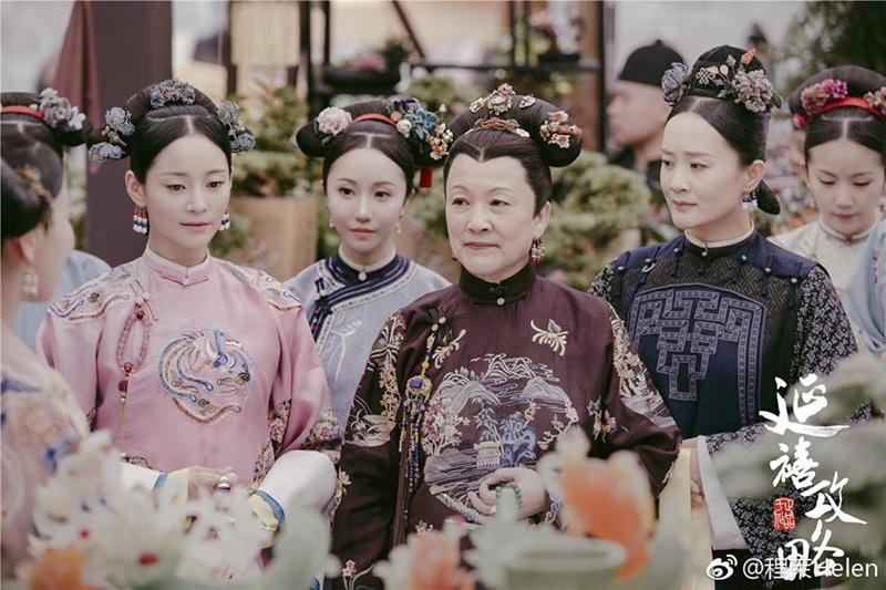 Phần phục sức trên đầu của Thái hậu, Quý phi và các phi tần, cung nữ đều gây sự chú ý vởi vẻ ngoài sang trọng và tinh xảo.