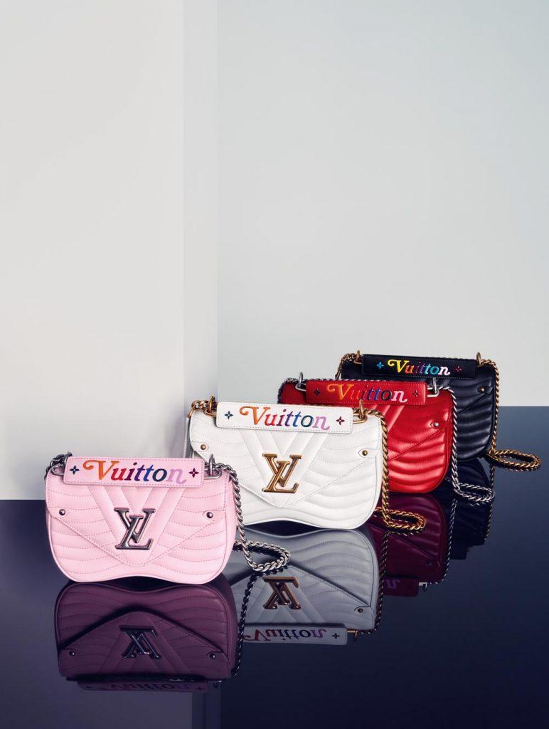 Motif chần bông trên các thiết kế túi New Wave mô phỏng phần lót bên trong của những chiếc rương cổ, gắn liền với di sản hơn 160 năm của Louis Vuitton.