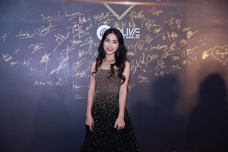 Hòa Minzy xuất hiện trong bộ đầm dạ hội lấp lánh tựa nữ thần.