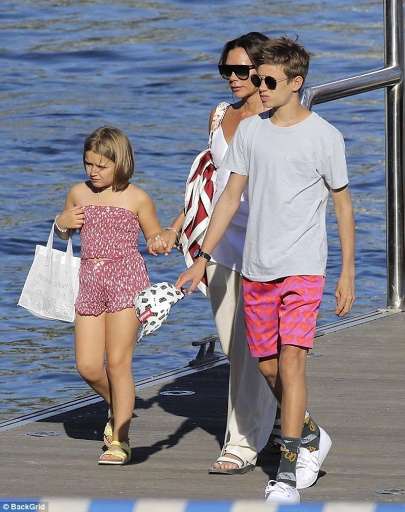 Đặc biệt, đôi giày màu vàng thời thượng trở thành điểm nhấn đáng học hỏi. Chưa kể, con gái Beckham còn đeo thêm túi tote trắng đúng công thức của các fashionista thường áp dụng.