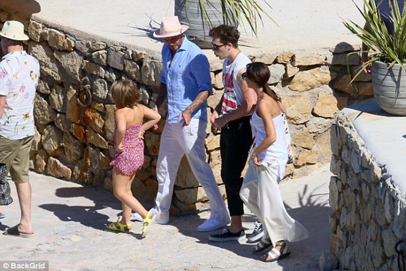 """Hiện tại, David Beckham vẫn chưa chia sẻ gì về việc """"xuống tóc"""" bất ngờ của con gái. Nhưng công chúng đoán, hẳn ông bố này đau lòng không ít. Bởi David từng kiên quyết giữ mái tóc dài cho con gái. Lần trước, cựu cầu thủ đã khiến người hâm mộ phì cười khi chia sẻ khoảnh khắc cầm kéo cắt tóc cho con gái với """"gương mặt méo xẹo""""."""