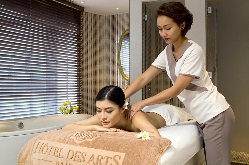 Đặc biệt, tất cả các sản phẩm tại Le Spa des Artistes đều chiết xuất 100% từ thiên nhiên và khoáng chất. Hơn nữa, khách còn có thể sử dụng phòng xông hơi trước khi trị liệu để thư giãn cơ bắp, và loại bỏ độc tố tích tụ trong cơ thể. Việc này giúp cơ thể thư giãn sâu và tăng hiệu quả của các liệu trình.