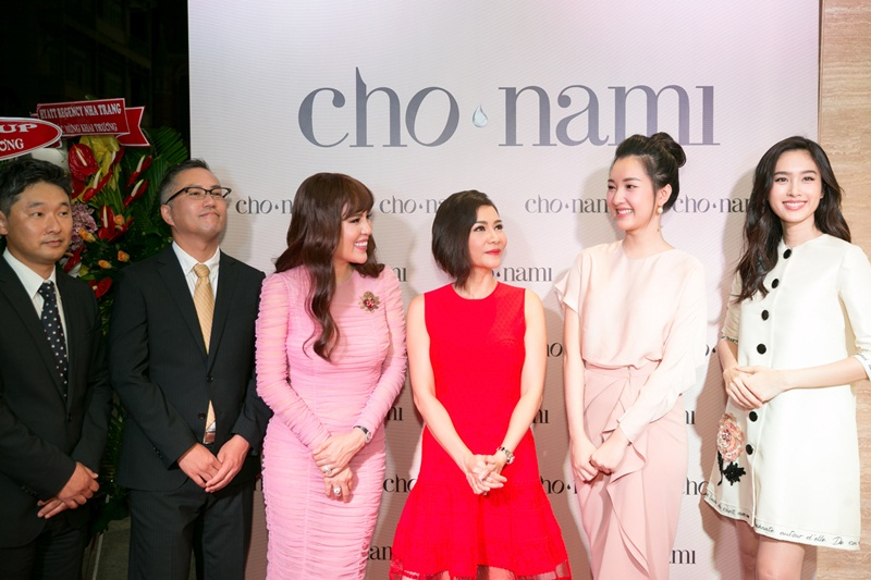 Hoa hậu Phương Lê, ca sĩ Thu Minh, nàng thơ Ngọc Trân, hoa hậu Nong Poy cùng các đại diện của thương hiệu Cho Nami