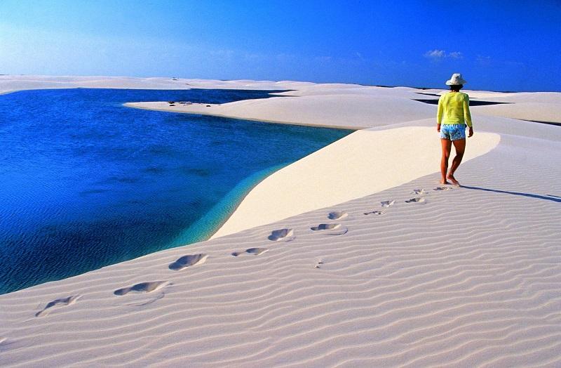 Nơi đây cũng là điểm bơi lội thú vị khi du khách đặt chân đến sa mạc đầy những cồn cát.