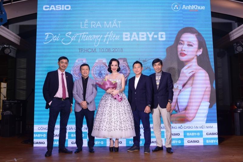 Angela Phương Trinh chụp hình cùng đại diện của Anh Khuê Sài Gòn - đơn vị phân phối Casio và các khách mời trong buổi họp báo.