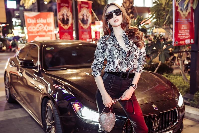 Theo đó nữ hoàng giải trí nhận định đây là MV được đầu tư nhất Việt Nam vì bản thân cô chỉ mời được 4 dancers là cùng nhưng Đàm Vĩnh Hưng lại quy tụ đến 100 dancers cho MV, thậm chí còn đầu tư trang phục hàng hiệu cho từng người.