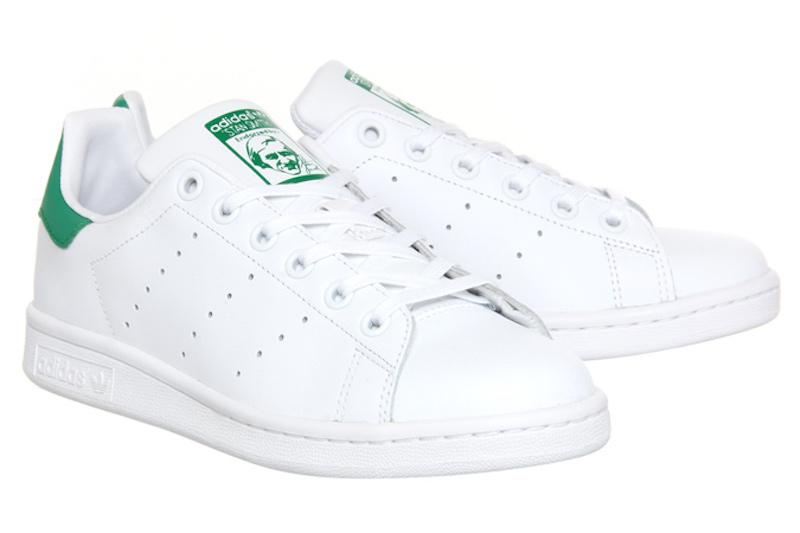 Adidas Stan Smith (80 USD): Đôi giày trắng với phần gót được tô điểm bằng màu xanh lá cây đã trở nên cực phổ biến trên khắp cộng đồng thời trang thế giới trong những năm qua. Ngay cả những người nổi tiếng cũng không thể cưỡng lại trước vẻ đẹp không thời gian của đôi giày này.