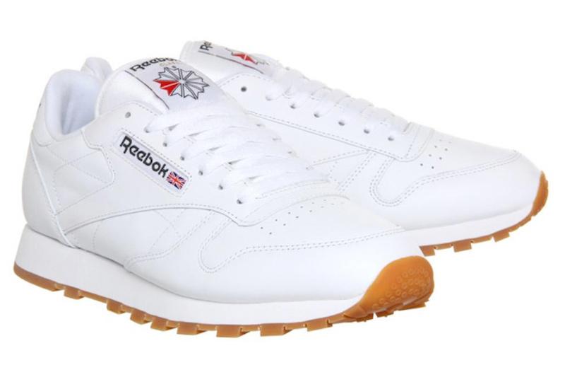 Reebok Classic (70 USD): Ra mắt từ những năm 1980,Reebok Classic vẫn là một trong những mẫu giày được nhiều người chọn lựa vì chất sneaker cổ điển của nó, trong đó có cả những ngôi sao âm nhạc nhưJay-Z hay Travi$ Scott. Tuy có rất nhiều phối màu khác nhau, nhưng phối màu giày trắng và đế màu nâu cam vẫn là loại giày dễ phối đồ nhất.