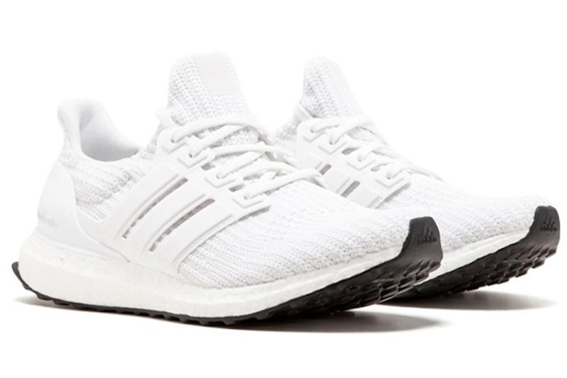 """Adidas Ultra Boost (180 USD): Hiện đại và thoải mái là hai đặc điểm nổi bật nhất trên dòng giày Ultra Boost của Adidas. Ultra Boost được mọi người cho rằng """"mẫu giày êm và thoải mái nhất thế giới"""", chính vì thế nó phù hợp để sử dụng hằng ngày và cả khi tập thể thao. Phối màu trắng cùng phần đế đen là mẫu Ultra Boostđang được mọi người săn lùng nhiều nhất."""