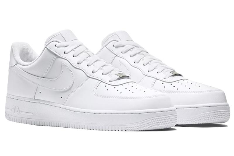Nike Air Force 1 (90 USD): Ra mắt lần đầu vào năm 1982 nhưngAir Force 1 hiện vẫn là một trong những mẫu giày bán chạy nhất của Nike. Nó đã trở thành một nền văn hoá khi xuất hiện trong phim ảnh, nhạc và trên chân của những ngôi sao lớn. Phối màu toàn bộ trắng củaNike Air Force 1 có giá rất phải chăng và cực dễ kết hợp với các trang phục khác.