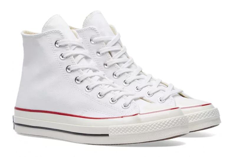 """Converse Chuck Taylor All Star 1970 (85 USD):Chuck Taylor All Star là mẫu giày sneaker bán chạy nhất thế giới khi cứ mỗi 43 giây lại có một đôi được bán ra. Từ lúc được ra mắt, hình dáng của giày vẫn không thay đổi nhiều vì thiết kế cổ điển và dễ phối đồ. Ngoài ra, nó sẽ còn đẹp hơn nữa theo thời gian, khi đôi giày cũ đi tạo ra vẻ """"phong trần"""" cho tổng thể trang phục."""