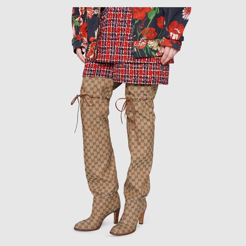 """Thiết kế phom """"quá khổ"""" tạo ấn tượng đặc biệt, là item hoàn hảo để tạo điểm nhấn cho tổng thể trang phục."""