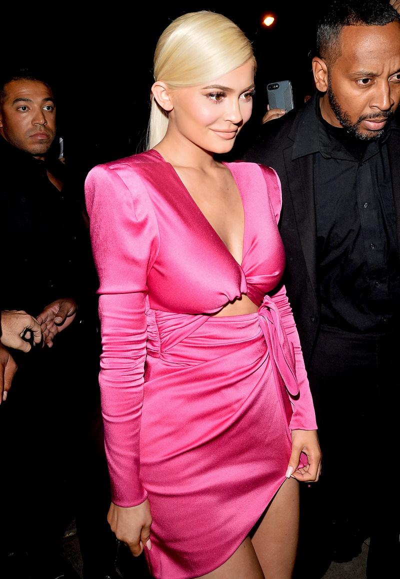 Kylie Jenner xuất hiện tại tiệc tối trong trang phục của NTK Peter Dundas. Thiết kế màu hồng với những đường cắt xẻ tinh tế làm tôn lên được đường cong đáng ngưỡng mộ của Kylie Jenner.
