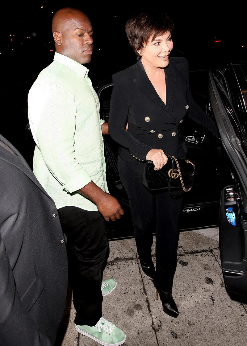 Bà Kris Jenner - mẹ của các chị em nhà Kardashian - Jenner - trẻ trung trong bộ suit màu đen cùng túi xách GG Marmont của Gucci.