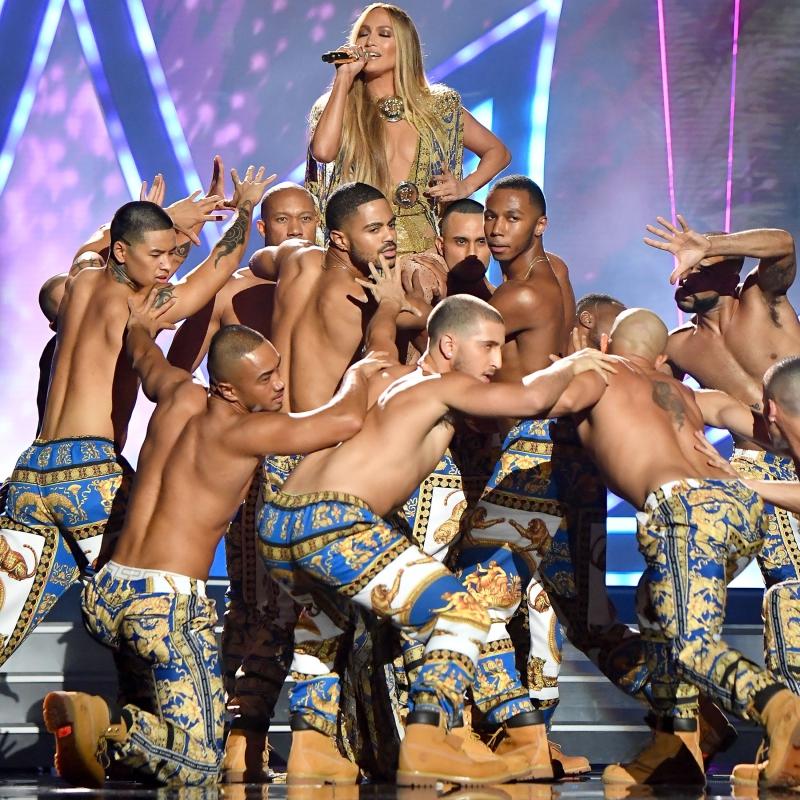 Jennifer Lopez và các vũ công mặc trang phục của Versace trên sân khấu VMA'18.