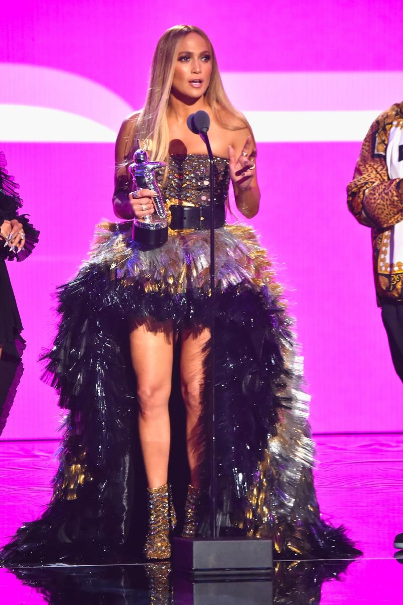 Jennifer Lopez lên sân khấu nhận giải thưởng Vanguard - Giải thưởng cao quý nhất tại VMA'18.