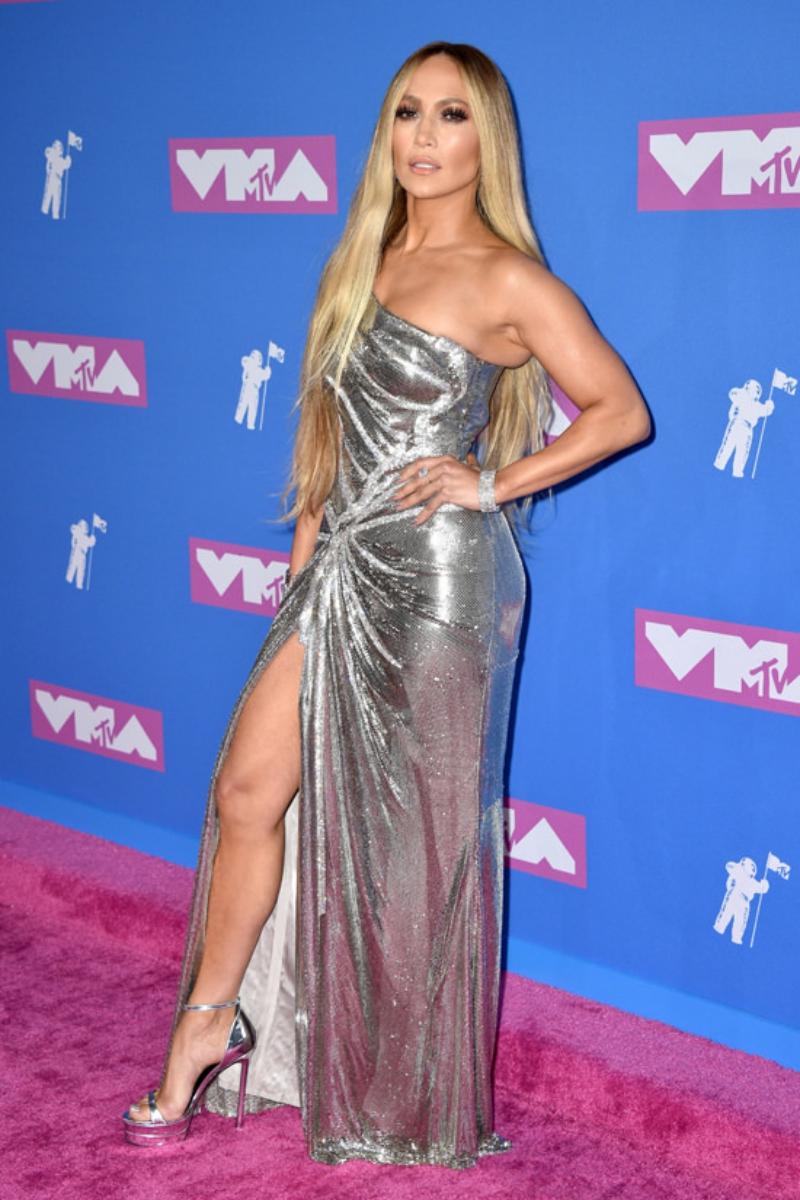 Từ trên thảm đỏ, Jennifer Lopez đã trở thành tâm điểm của mọi sự chú ý trong thiết kế đầm lệch vai xẻ đùi cao của Versace.