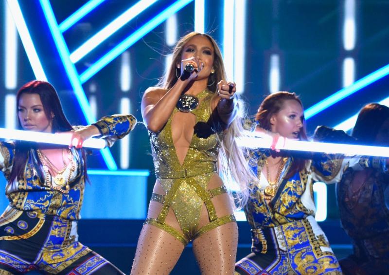 Jennifer Lopez lần lượt thay các bộ trang phục của Versace cho các phần khác nhau của màn trình diễn ấn tượng.
