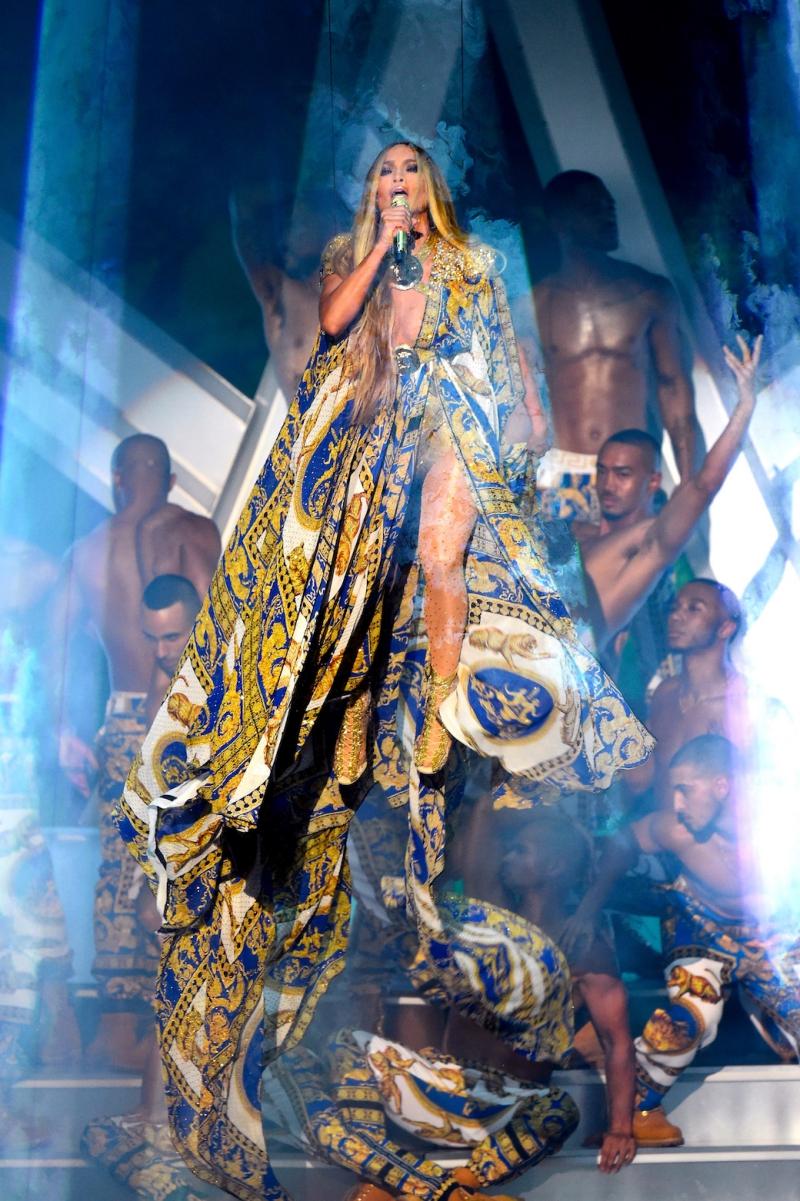 Màn trình diễn hơn 10 phút của Jennifer Lopez đã thổi tung sân khấu VMA'18.