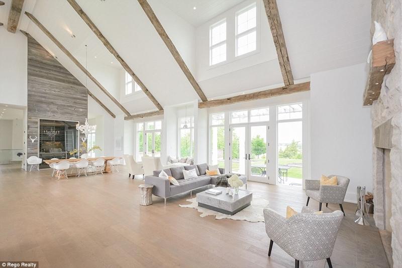 Bên trong biệt thự gây ấn tượng với nội thất sang trọng với gam màu trung tính