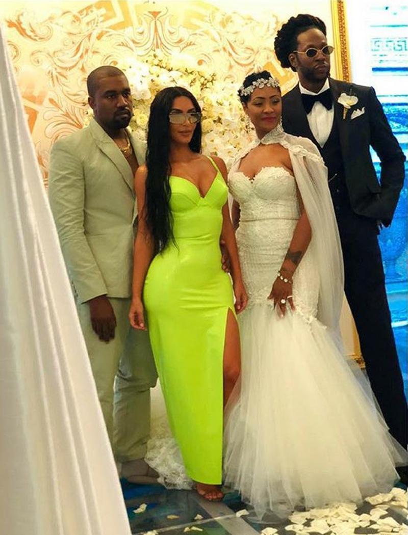 Hai vợ chồng nhà West chụp hình cùng cô dâu chú rể tại đám cưới.