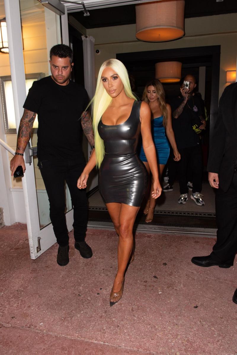 Kim còn mạnh dạn đội hẳn bộ tóc giả màu xanh neon cùng đầm body-con chất liệu latex.