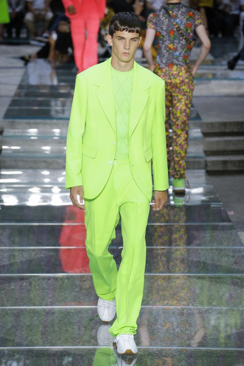 Người mẫu mặc bộ suit màu xanh neon trên sàn catwalk của Versace hồi tháng 6 vừa qua.