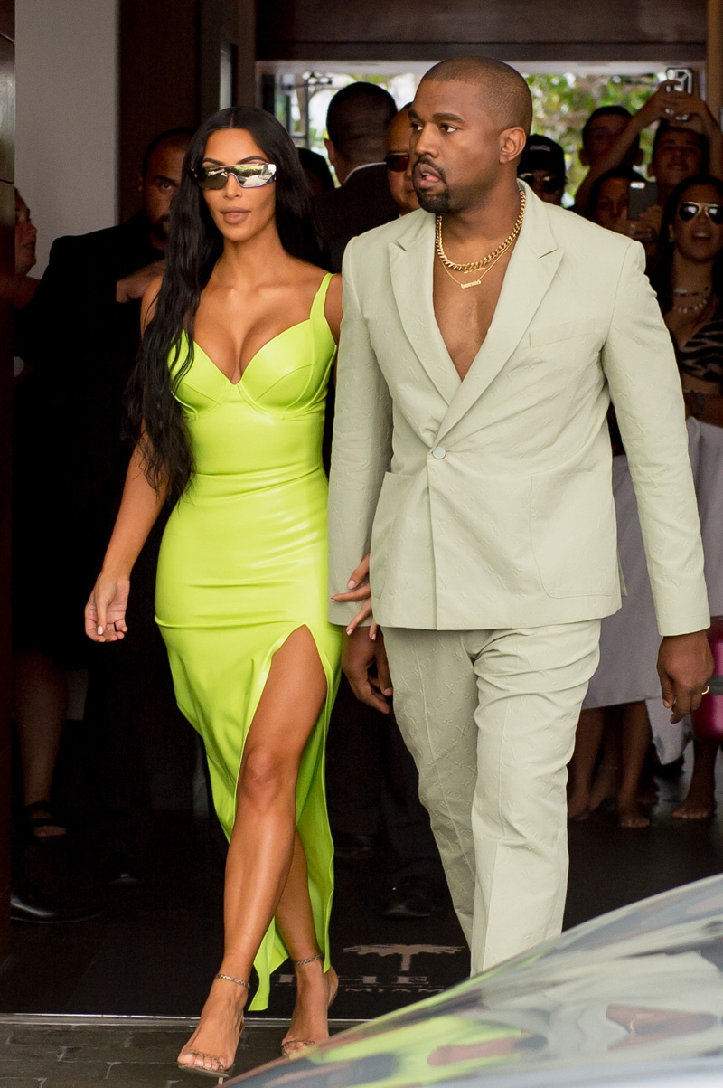 Phom dáng của đầm ôm tuyệt đối, tôn lên những đường cong đáng ngưỡng mộ của Kim Kardashian West.