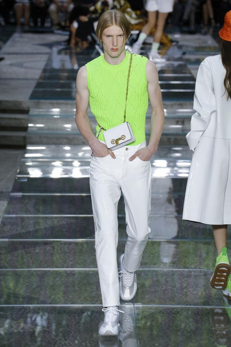 """Màu xanh neon xuất hiện rất nhiều trong BST Xuân Hè 2019 dành cho nam giới của Versace và đó như lời báo hiệu """"cơn sốt"""" neon đang đến rất gần rồi."""