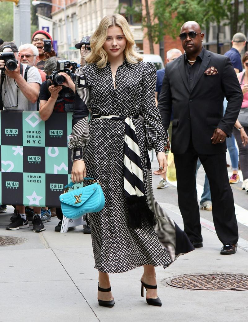 Nữ diễn viên Chloe Grace Moretz xuất hiện tại New York vừa qua cùng với chiếc túi New Wave màu xanh dương bắt mắt.