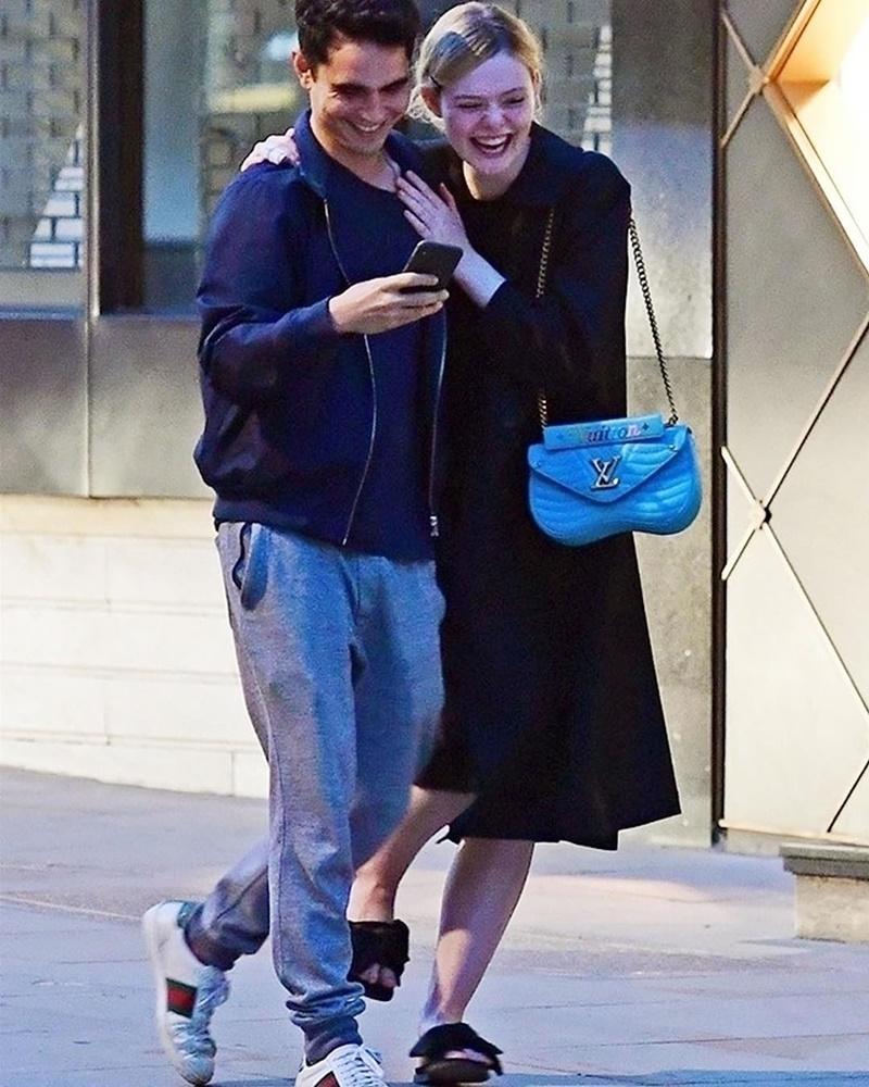 Nữ diễn viên Elle Fanning mới đây cũng bị bắt gặp khi dạo phố cùng bạn trai hơn 12 tuổi Max Minghella ở London. Cô xách túi New Wave màu xanh lam.