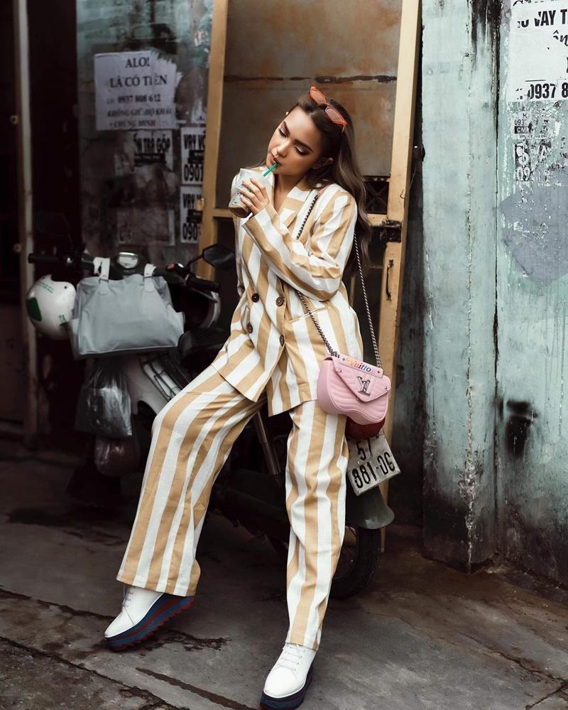 Cô nàng Châu Bùi nhanh tay sở hữu chiếc túi New Wave màu hồng xinh xắn với quai đeo dài có thể đeo vai hoặc đeo chéo linh hoạt.