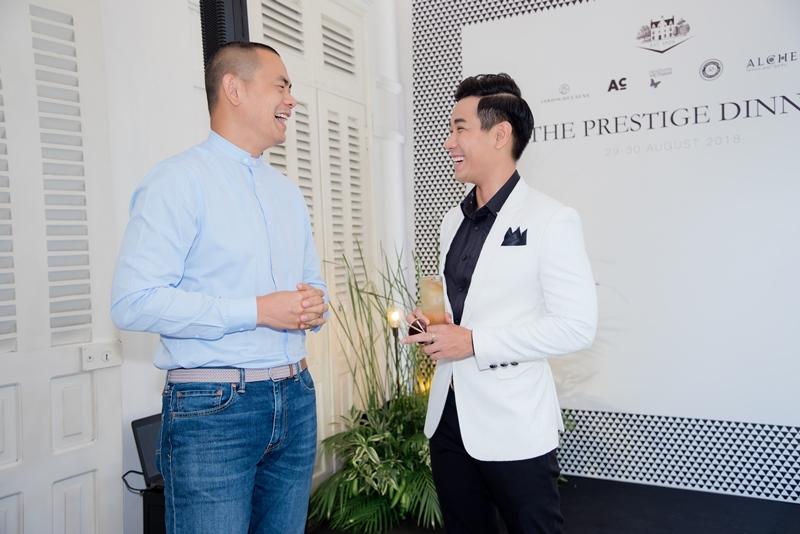 MC Nguyên Khang trò chuyện cùng đầu bếp André Chiang.