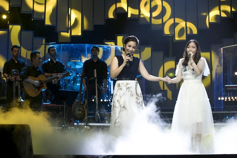 Mỹ Linh và con gái Mỹ Anh trên sân khấu.
