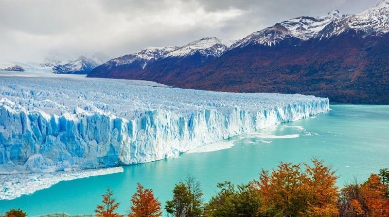 """Những tảng băng khổng lồ """"khoác lên mình"""" sắc xanh lam ngọc sẽ khiến bạn ngỡ ngàng đến hạnh phúc."""