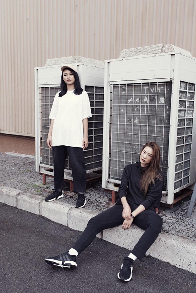 """Trong một khung hình khác, Lilly Nguyễn lại lựa chọn phong cách """"đen toàn tập"""" cùng cô bạn Mai Ngô với phong cách đồ rộng thùng thình."""